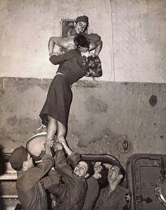 O BEIJA DE MARLENE DIETRICH NUM SORTUDO SOLDADO QUE VOLTAVA DA II GUERRA (1945)