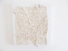 How to make plaster relief artwork with tissue paper. Dit kan je ook gewoon schilderen en lakken!