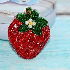 Сочная клубника 🍓🍓🍓 Свободна Кому понравилась пишите ✏в директ, ставьте 💗 . #брошьручнойработы #брошкаизбисера #купитьброшку #handmade #брошьклубника #клубника #красныйцвет #hmlovess Beaded Embroidery, Embroidery Stitches, Tambour Beading, Strawberry Decorations, Kinds Of Fruits, Beaded Brooch, Brooches Handmade, Handmade Decorations, Bead Crafts