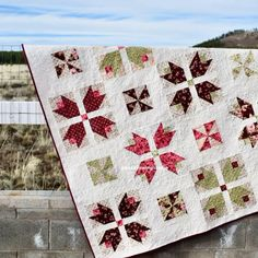Tulips and pinwheels quilt - video tutorial - A fun quilt to use up some of your fat quarters. The finished measurements of this quilt is - Beginner Quilt Patterns, Quilting For Beginners, Quilt Patterns Free, Quilting Tutorials, Pattern Blocks, Quilting Projects, Quilting Designs, Fat Quarter Quilt Patterns, Simple Quilt Pattern