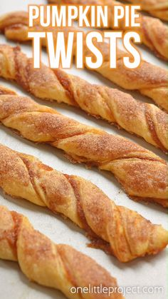 These easy pumpkin pie twists are SO GOOD and really simple to make. Such a great fall dessert idea and a delicious treat for Thanksgiving or Halloween! Savory Pumpkin Recipes, Easy Pumpkin Pie, Recipes With Canned Pumpkin, Easy Pumpkin Desserts, Chicken Pumpkin, Pumpkin Cheesecake Recipes, Vegan Pumpkin, Köstliche Desserts, Delicious Desserts