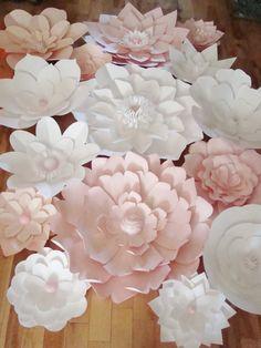 Fondos de flores de papel son una forma fresca y refrescante para realzar la decoración de tu boda o evento. Le enviamos las flores y utilizarlos para crear un telón de fondo de ensueño DIY para tu evento.  Flores viene completa (ninguna Asamblea requerida). Ofreciendo 15 flores de papel en su elección de hasta 5 colores y papel correspondiente y/o centros de joya. Incluye:  -2 flores de papel de 30 pulgadas -1 flor de papel de 24-26 pulgadas -3 flores de papel de 14 pulgadas -flores de…