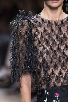 Armani Privé at Couture Fall 2017 - Details Runway Photos Haute Couture Gowns, Couture Fashion, Runway Fashion, Giorgio Armani, Best Of Fashion Week, Only Fashion, Couture Details, Fashion Details, Fashion Ideas