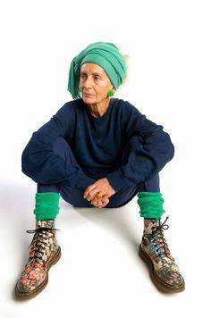 this lady is kicking it with no apology 😀Bridget Sojourner - Inspirational Women: Fabulous Fashionistas Mode Ab 50, Mode Cool, Look Girl, Mein Style, Advanced Style, Young At Heart, Ageless Beauty, Men Street, Aging Gracefully