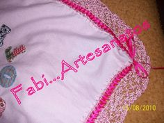 Manta de flanela com bordado em patchwork detalhe do babado em crochê e do passa fita