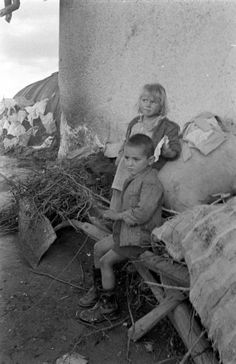 Dmitri Kessel in civil war ravaged Greece, January 1948 Children, the innocent victims of War. International Center of Photography Greece Pictures, Old Pictures, Old Photos, Laurel And Hardy Movies, Greece Photography, Greek History, Great Photographers, Athens Greece, Ancient Greece