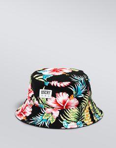 Este sombrero es negro rosado verde azul y amarillo. Este sombrero no es formal. Es bueno para el verano y invierno. Puedo llevar este sombrero con pantalones cuortos y una camisa. ¡Es muy bonito!