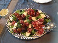 Salade met vijgen, gedroogde ham, mozzarella en bramen
