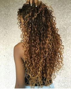 Do you like your wavy hair and do not change it for anything? But it's not always easy to put your curls in value … Need some hairstyle ideas to magnify your wavy hair? Colored Curly Hair, Long Curly Hair, Wavy Hair, New Hair, Curly Hair Styles, Natural Hair Styles, Curly Blonde, Natural Curly Hair, Curly Perm