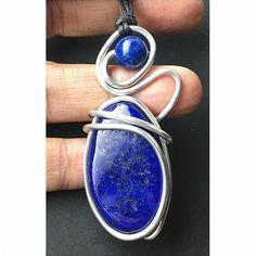 Pendentif en véritable lapis lazuli, il est monté avec un fil d'aluminium tourné. Le lapis est un minéral utilisé en lithothérapie. VOTRE AVANTAGE : Vous recevez le pendentif de la photo. Lapis Lazuli, Gemstone Rings, Gemstones, Jewelry, Pendant, Jewlery, Gems, Jewerly, Schmuck