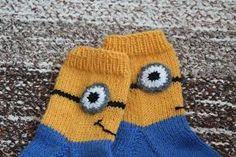 Kuvahaun tulos haulle neulotut minion sukat