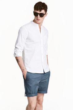 ノーカラーシャツ: 長袖のノーカラーシャツ。織物素材。片胸ポケット付き。レギュラーフィット。