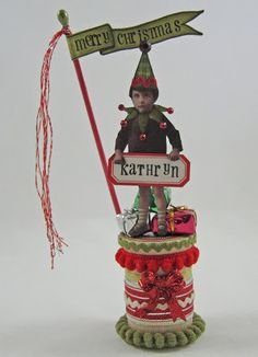 Christmas Elf Countdown to Christmas/Placecard Holder/Gift Card Holder/ - OCCASIONS AND HOLIDAYS - I already posted my this guy standing behind a tin gift holder here, but thought you might like to see what he can do on his own. Christmas Countdown, Christmas Elf, Christmas Projects, Holiday Crafts, Vintage Christmas, Christmas Ornaments, Christmas Ideas, Wooden Spool Crafts, Wooden Spools