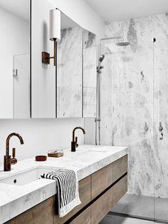 Banheiro com toque rustico e contemporaneo. Paredes revestidas de marmore.