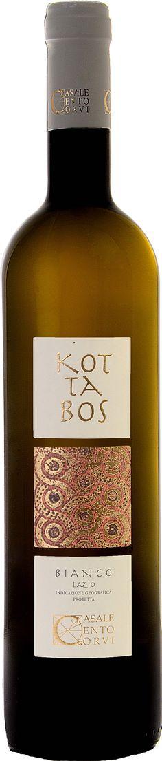 KOTTABOS BIANCO  Kottabos era il nome del gioco del vino che divertiva gli etruschi durante i banchetti.  Lo Chardonnay è allevato sulle colline Ceretane composte da una base di calcare attivo.