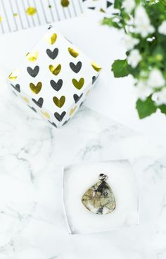 Anzeige   DIY Schmuckkästchen aus Papier basteln - mit dieser kleinen Geschenkschachtel lassen sich Schmuckstücke einfach und dekorativ verpacken  #diy #bastelideen #basteln #geschenkverpackung #papier Gold Diy, Diy Paper, Cufflinks, Tableware, Projects, Diy Schmuck, Accessories, Chocolate, Jewelry Making