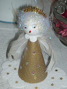 Noël blanc et or ange sur l'assiette