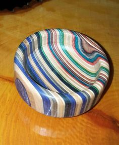 Wood turning. Recycled skateboards. Small bowl. Handmade. Skateboard Furniture, Skateboard Art, Dremel Projects, Diy Wood Projects, Modern Wood Furniture, Carpenter Work, Recycled Wood, Skateboards, Wood Turning