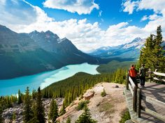 Peyto Lake, found along the Icefields Parkway between Banff and Jasper. Lac Moraine, Places To Travel, Travel Destinations, Places To Visit, Calgary, National Geographic, Voyage Canada, Road Trip Hacks, Paisajes