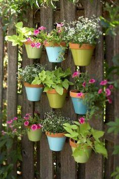 blumentöpfe-selber-machen - schöne dekoration für den zaun - 30 kreative Ideen für selbstgemachte Gartendeko