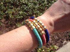 Faça pulseiras coloridas para os seus looks ganharem novo fôlego.