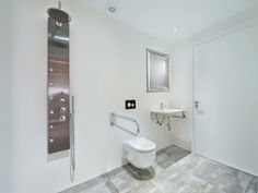 Baño adaptado para personas #discapacitadas físicas, en esta casa en Alcudia, Mallorca