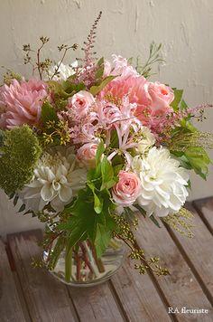 Christmas Floral Arrangements, Beautiful Flower Arrangements, Beautiful Flowers, Green Flowers, Diy Flowers, Good Shabbos, Beautiful Web Design, Unusual Flowers, Dahlia