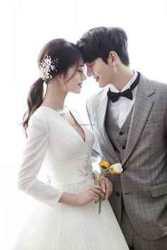 korean wedding hairstyles Simply click the link for more information on Wedding hairstyles Pre Wedding Poses, Wedding Couple Poses, Pre Wedding Photoshoot, Wedding Couples, Wedding Bride, Party Wedding, Foto Wedding, Wedding Pics, Wedding Styles
