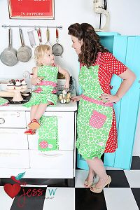 Best Mini-me photos: Fashionista parents and kids! matching outfits, mommy and daughter, daddy and son Retro Apron, Aprons Vintage, Retro Vintage, Aprons For Sale, Mother Photos, Childrens Aprons, Daddy And Son, Vintage Baking, Kids Wardrobe