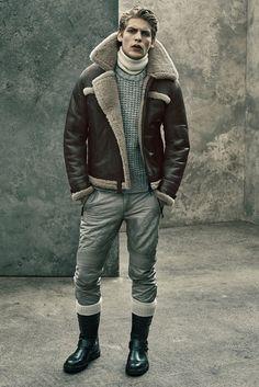 Belstaff Fall/Winter 2015 Menswear Collection is Moto Chic Mode Masculine, Moda Men, Sheepskin Jacket, Aviator Jackets, Winter Outfits Men, Komplette Outfits, Outfit Trends, Belstaff, Mens Fall