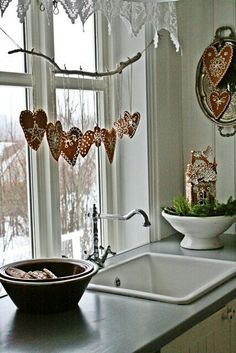 VIBEKE DESIGN: pepperkaker Great, simple Christmas decoration with ginger cookies! Scandinavian Christmas Decorations, Christmas Window Decorations, Nordic Christmas, Country Christmas, Winter Christmas, Christmas Home, Christmas Crafts, Christmas Ornaments, Gingerbread Decorations