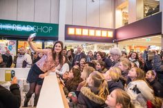 Honderden kinderen (en veel ouders) op 11 februari bij de presentatie van Jill Schirnhofer in het overdekte winkelcentrum. Jill (illustrator en schrijfster) is razend populair met haar gelijknamige televisieprogramma op Zapp!