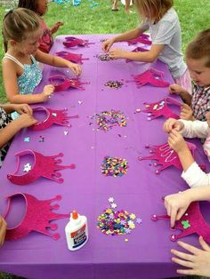 Princess party: decorating crowns