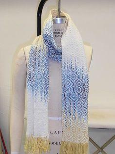 technique **** gorgeous woven ikat scarf by Raveler KatherineM Weaving Designs, Weaving Projects, Weaving Patterns, Knitting Patterns, Card Weaving, Tablet Weaving, Loom Weaving, Textile Design, Fabric Design