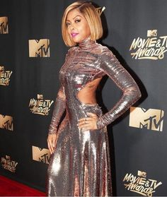MTV Awards: The hottest celebs on red carpet. From thigh slits to cleavage baring gowns, the MTV Movie And TV Awards saw it all. Noah Cyrus, Tv Awards, Mtv Movie Awards, Awards 2017, Emily Fields, Rose Gold Gown, Gold Dress, Hailee Steinfeld, Baywatch