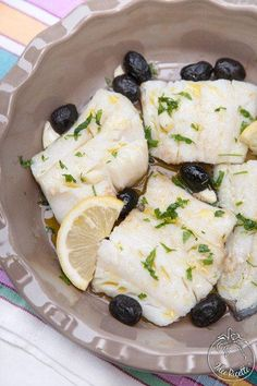 Baccalà lesso e condito con olive Citres Fish And Meat, Fish And Seafood, Fish Recipes, Healthy Recipes, Antipasto, Bon Appetit, Finger Foods, Italian Recipes, Food And Drink