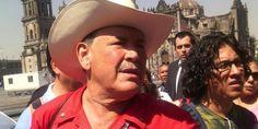 VIDEO: Provocador priista agrede a Fernández Noroña e intenta reventar protesta frente a Palacio Nacional