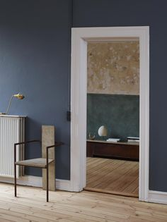 We've got the blues for this colour, declared to be 'St Paul's Blue', and co-created by Jotun & Frama. Photo by Siren Lauvdal. Dark Walls, Blue Walls, Style At Home, St Pauls Blue, Interior Architecture, Interior And Exterior, Blue Wall Colors, Colours, Minimalist Interior
