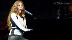 María Toledo con cara de sorpresa durante un momento de la actuación