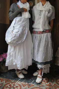 Robe broderies anglaises blanche EWA IWALLA, veste grise PrivatSachen, sac liberty EWA IWALLA, écharpe AUREA