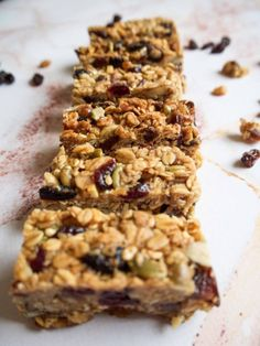 Mangler du en sød og sund snack? Mellemmåltid? Her er verdens nemmeste müslibar, der er både vegansk og glutenfri. Få opskriften på sunde müslibarer her.