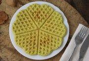 I waffle di farina di piselli senza glutine e latticini sono un'ottima idea per un pranzo o uno spuntino semplice e veloce, anche da portare fuori casa.