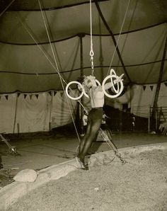 This performer is doing a 'dental' act - similar to the sort of act that the character Vytas Gatevackas performed in the novel Zarconi's Magic Flying Fish. Circus Acts, Circus Circus, Big Top Circus, Vintage Circus, Sideshow, Vintage Photography, Dental, Acting, Iron