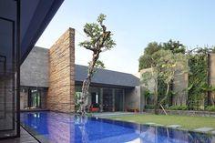 Diminished House | Jakarta, Indonesia | by Wahana Architects | 2011 | © Fernando Gomulya