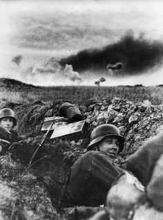 "historywars: ""1941 Soviet Union, German soldiers in a trench. In the distance, shells fall on Russian positions ""- pin by Paolo Marzioli"