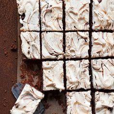 Brownies with merengue on top - modifye this recipe to gluten free - Marenkimokkapalat Raw Food Recipes, Sweet Recipes, Cake Recipes, Sweet Desserts, Delicious Desserts, Yummy Food, Raw Chocolate, Chocolate Recipes, Finnish Recipes
