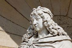 Cour de la Capitainerie - détail de la statue de louis XIV terrassant la fronde