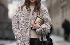 Fluffy coat, rings and gold clutch Look Fashion, Fashion Outfits, Womens Fashion, Latest Fashion, Moncler, Winter Stil, Mode Inspiration, Autumn Winter Fashion, Winter Wear