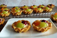 Fruit cupcakes with vanilla cream NejRecept. Fruit Cupcakes, Caramel Brownies, Best Christmas Cookies, Snacks Für Party, Vanilla Cream, Desert Recipes, Deserts, Food And Drink, Treats