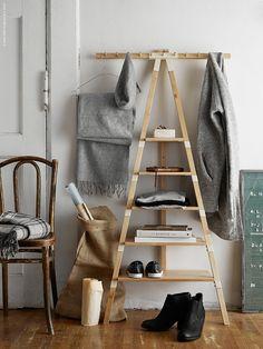 Vägghyllan IKEA PS 2014 ger extra förvaring och organiserar alla möjliga saker av varierande storlek.